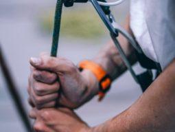 Alpinismo+industrial+-+Pessoa+preparando+a+corda+para+escalar
